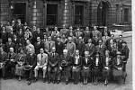 Fyzici před budovou britské Královské společnosti v roce 1934 v Londýně, s původními anotacemi Friedricha Hunda