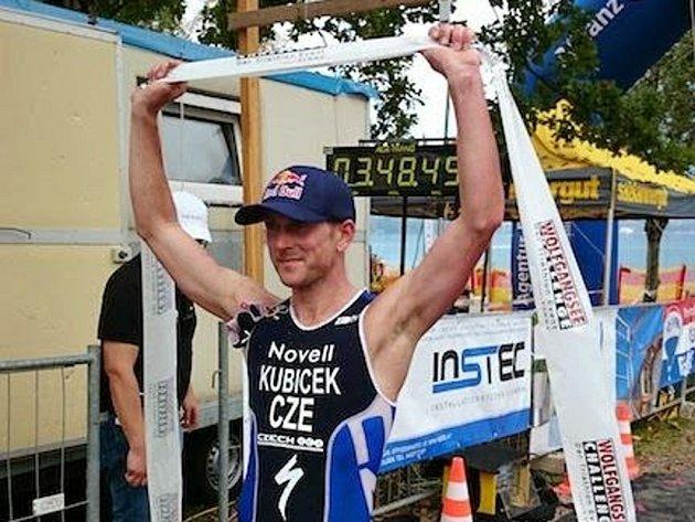 Triatlonista Jan Kubíček se raduje z vítězství v závodu Wolfgansee Challenge.