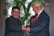 Donald Trump a Kim Čong-un na historickém summitu v Singapuru.