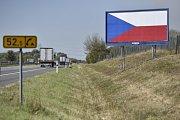 Vlajka na billboardech se stala symbolem nadcházejících voleb.