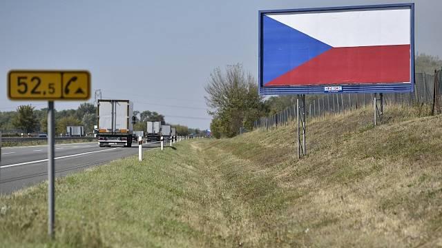 Vlajka, díky níž billboard už prý není billboard, jakoby symbolizovala nadcházející volby