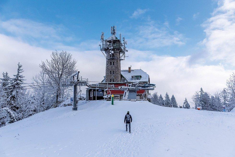 Tanvaldský Špičák, kterému vévodí kamenná rozhledna, patří k vyhledávaným lyžařským střediskům.