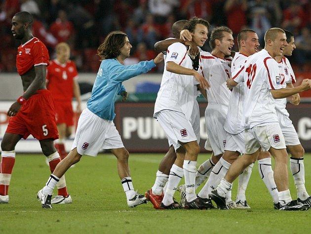 Lucemburští fotbalisté oslavují překvapivé vítězství ve Švýcarsku.