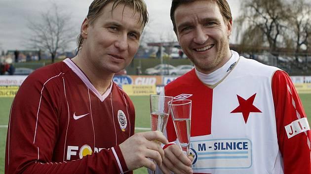 Sparťan Horst Siegl (vlevo) a slávista Vladimír Šmicer si připíjejí po silvestrovském derby.