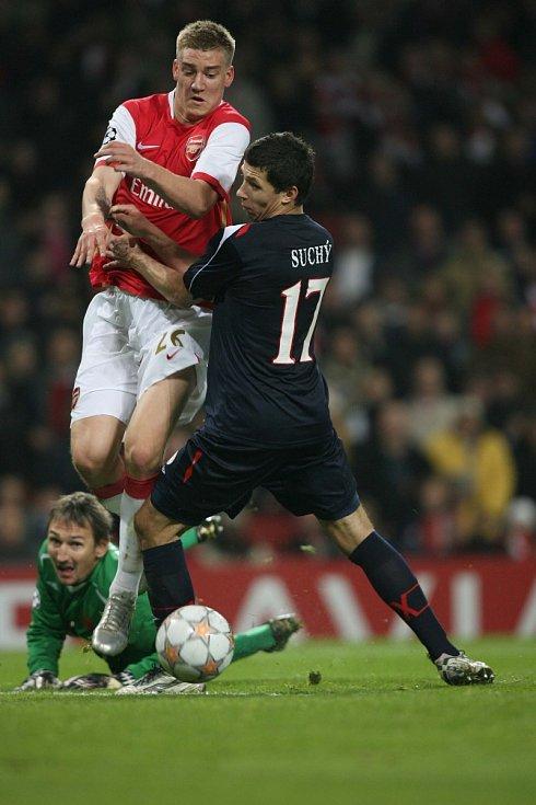 Liga mistrů: Arsenal versus Slavia (na snímku Nicklas Bendtner a Marek Suchý)