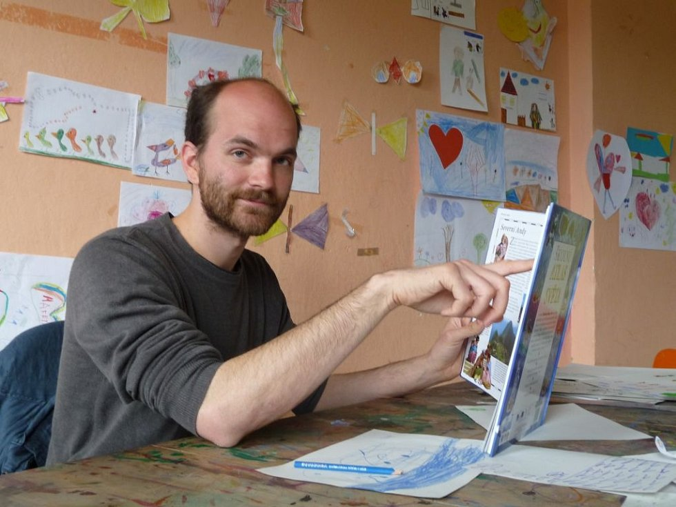 Bubeník kapely Zrní Ondřej Slavík působí v rámci kladenské organizace společnosti Člověk v tísni jako dobrovolník, který pomáhá dětem ze sociálně vyloučených rodin s učením.