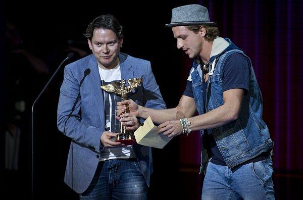 Cena za videoklip roku, Matěj Ruppert a Monkey Bussines. Cenu předává Tomáš Klus.