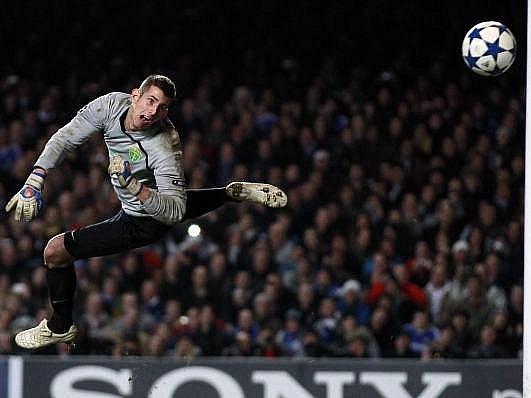 Gólman Žiliny Důbravka inkasuje jeden z gólů od fotbalistů Chelsea.