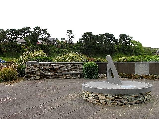 Jelikož se těla většiny lidí z letu Air India 182 nikdy nenašla, pozůstalí místo na hřbitov chodí k památníkům. Jeden z nich (na snímku) se nachází v irské vesnici Ahakista. Jde o nejbližší obydlené místo na pobřeží k oblasti dopadu trosek.