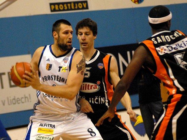 Basketbalisté Nového Jičína (v černém) si poradili s Prostějovem.