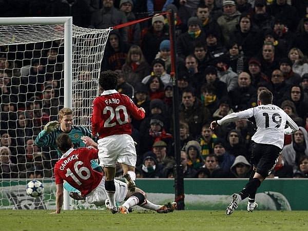 Pablo Hernandéz z Valencie střílí úvodní gól na hřišti Manchesteru United.