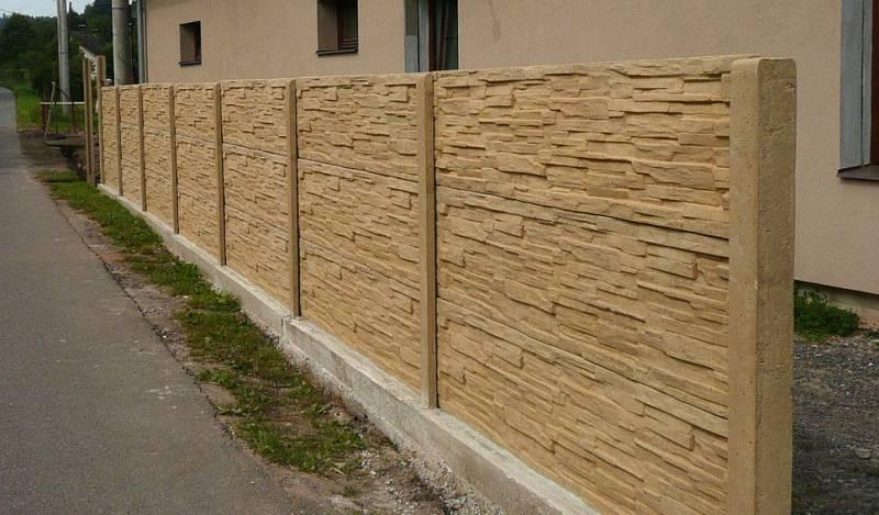 Betonový plot v barvě pískovce