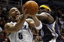 Uhlídat Carlose Boozera (vlevo) byl pro hráče Memphisu tvrdý oříšek.
