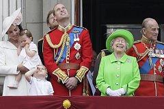 Britská královská rodina při oslavách.
