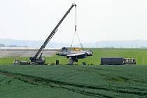 Armáda dnes odpoledne přemístila havarovaný maďarský gripen u čáslavského letiště z pole do areálu letecké základny.