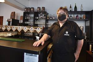 Majitel restaurace Malý Janek v Jincích na Příbramsku Jiří Janeček stojí 18. prosince 2020 u výčepního pultu. Restaurace i přes zákaz zůstala otevřená.