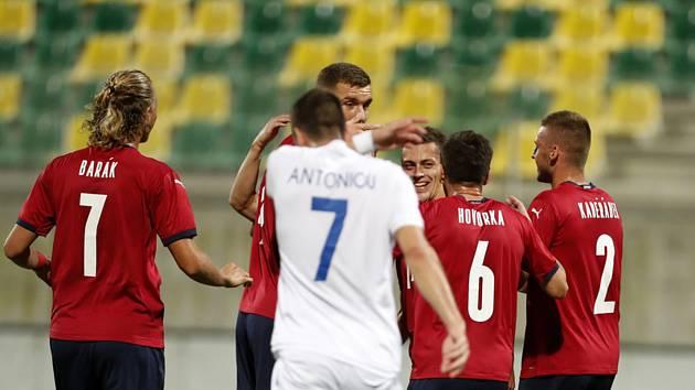 Kypr - ČR - Český fotbalista Tomáš Holeš (uprostřed) se raduje se spoluhráči ze svého gólu.