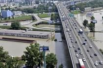 Letecký pohled na Přístavní most v Bratislavě a zaplavenou část přístavu.