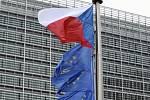 Česká vlajka na stožáru před budovou Evropské komise v Bruselu. Ilustrační foto.