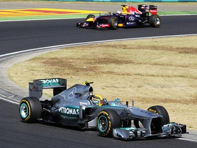 Lewis Hamilton (vpředu) ovládl Velkou cenu Maďarska.