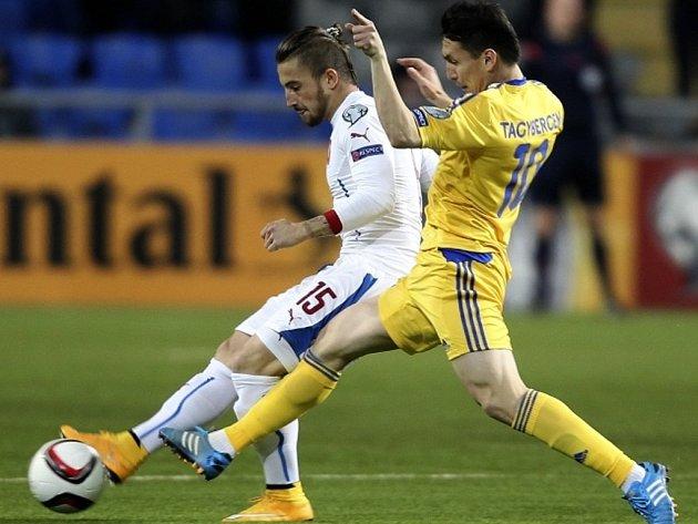 I záložník Lukáš Vácha (v bílém) přispěl ke skvělému startu fotbalové reprezentace v kvalifikaci na Euro.