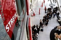 Stávka bezpečnostních pracovníků na německých letištích v Hamburku a Düsseldorfu za zvýšení mezd dnes zasáhla desetitisíce cestujících.