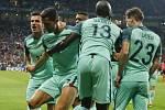 Cristiano Ronaldo se raduje se spoluhráči z úvodního gólu utkání.