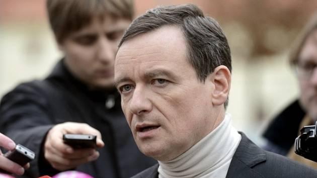 Bývalý středočeský hejtman a poslanec ČSSD David Rath obviněný z korupce hovoří v Hostivici u Prahy s novináři poté, co 11. listopadu opustil ruzyňskou vazební věznici.