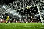 Utkání 6. kola základní skupiny C fotbalové Evropské ligy Bayer Leverkusen - Slavia Praha, Leon Bailey z Leverkusenu střílí druhý gól