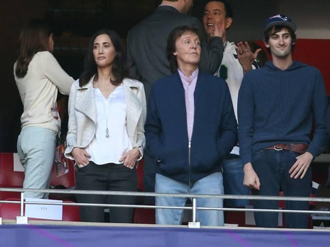 Super Bowl si nenechal ujít ani zpěvák Paul McCartney (druhý zprava).