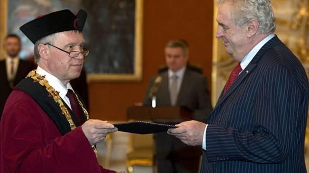 Prezident Miloš Zeman jmenoval na Pražském hradě dvanáct rektorů veřejných vysokých škol.