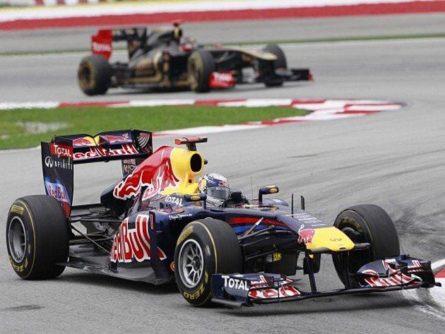 Pilot Red Bullu Sebastian Vettel před Nickem Heidfeldem.