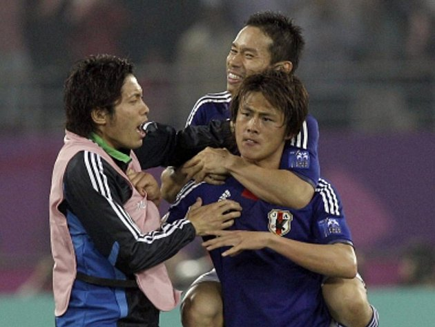 Japonský reprezentant Tanadari Lee (vpravo) slaví se spoluhráči vítězný gól ve finále mistrovství Asie proti Austrálii.