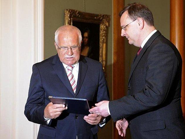 Prezident Václav Klaus přijme demisi vicepremiéra a předsedy VV Radka Johna. Řekl to 20. května 2011 na začátku setkání s předsedou vlády Petrem Nečasem, který mu příslušný dokument přinesl.