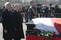 Tělo polského prezidenta Lecha Kaczyńského, který zahynul při leteckém neštěstí v Rusku, bylo v neděli 11. dubna 2010 ve Smolensku s vojenskými poctami předáno polské straně. Obřadu na letišti Severnyj se zúčastnil i ruský premiér Vladimir Putin.
