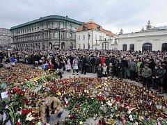 Polsko, jež se v neděli 11. dubna 2010 probudilo do dne státního smutku, si v poledne dvěma minutami ticha připomnělo oběti sobotní letecké tragédie, při níž v Rusku zahynuly desítky příslušníků elity národa, včetně prezidenta Lecha Kaczyńského.