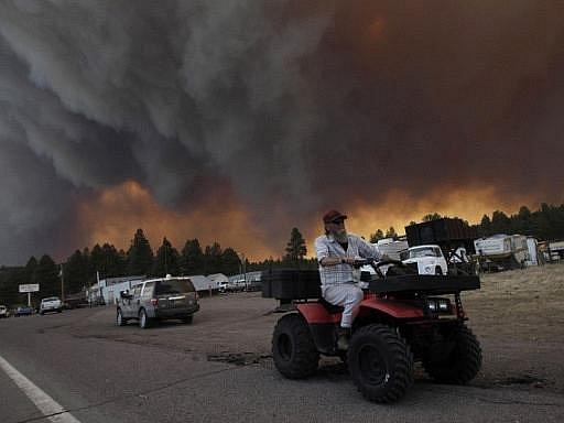 Přes 3000 lidí bylo v Arizoně evakuováno před požáry, které jsou jedny z největších v historii tohoto amerického státu. Plameny zde spálily na 1500 kilometrů čtverečních a hasičům se nedaří dostat je pod kontrolu.