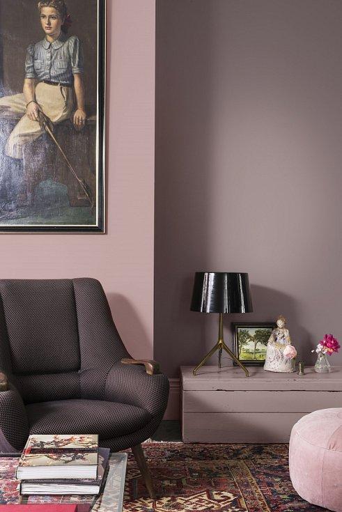 """Podívejte se, jak může vypadat vyladění interiéru tón v tónu v aktuální barevnosti letošního roku – světle hnědé, která přináší klid a návrat k přírodě. V dnešních neklidných časech se možná vrátíte k barevnému ladění """"uklidňující domov""""."""