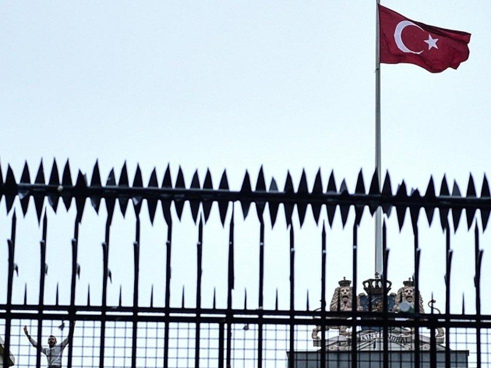 Demonstranti v Istanbulu strhli vlajku z nizozemského konzulátu a nahradili ji tureckou.