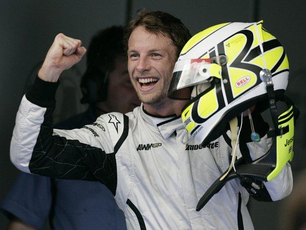 Opět byl v kvalifikaci nejrychlejší. Pilot stáje Brown GP Jenson Button vybojoval na okruhu v Sepangu pole position.