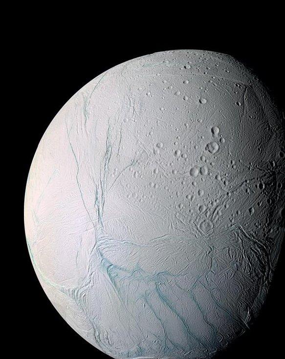 Enceladus pokrývá led, takže na snímcích pořízených sondou jasně září.