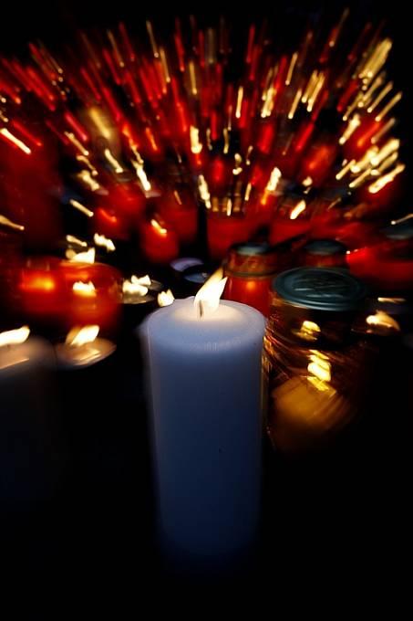 Za své blízké zesnulé lidé zapalují svíčky.