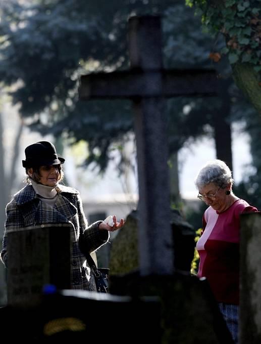 Na Olšanském hřbitově vzpomínají lidé na své blízké.