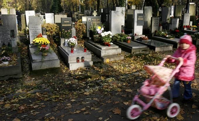 Olšanské hřbitovy o svátku dušičkách.