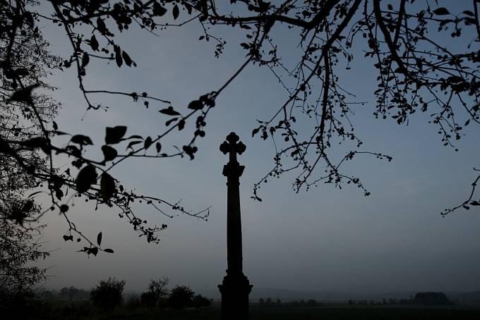 Kříž u cesty nedaleko Jičína, ke kterému lidé nosili také svíčky a vzpomínali na své zesnulé známé.