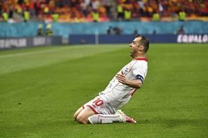 Goran Panděv oslavuje na Euru gól v dresu Makedonie.