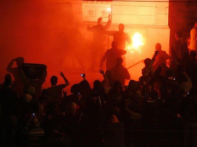 Dav demonstrantů zapálil americkou ambasádu v Bělehradu