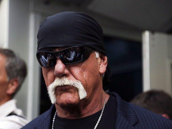 Známý americký wrestler a herec Hulk Hogan vyhrál soudní spor se serverem Gawker, který zveřejnil videonahrávku, na níž je Hogan zachycen při sexu s manželkou svého bývalého nejlepšího kamaráda.