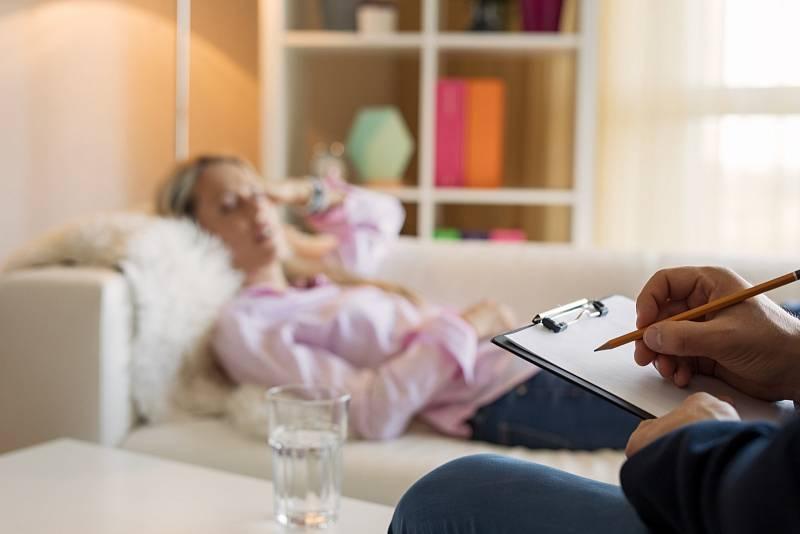 Hypnózu lze definovat jako změněný stav vědomí charakterizovaný částečnou ztrátou vědomí a vysokou ovlivnitelností.