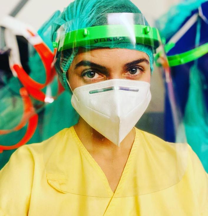 Herečka Sarah Haváčová pracuje v pražské nemocnici pod Petřínem jako dobrovolnice na interně.